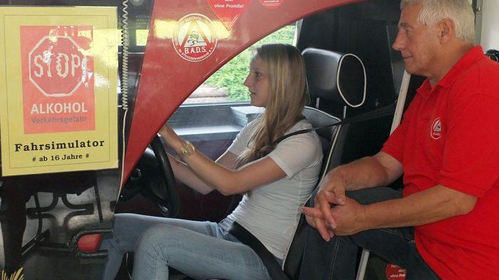 Im Fahr-Simulator: Carina Führer folgt den Anweisungen des Mitarbeiters.