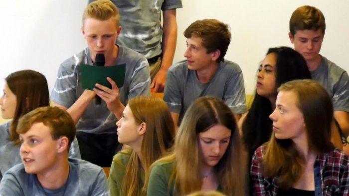Klasse 8d bei der Aufführung des Borkum-Gedichts. Foto: BUB