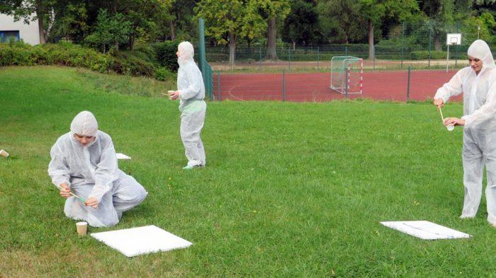 Action Painting, also Aktionsmalen - keine Sorge, sieht nur wie ein Kathastropheneinsatz aus. Foto: privat