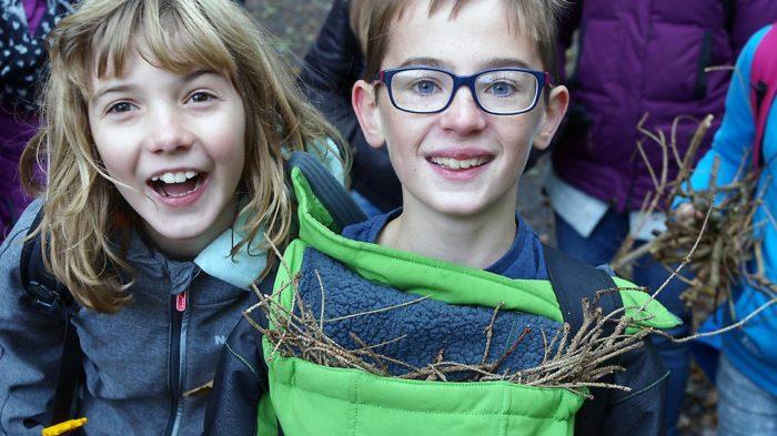 Schüler der 5a haben zum Feuer machen Holz gesammelt | Bild: A. Bubrowski/CJD Oberurff