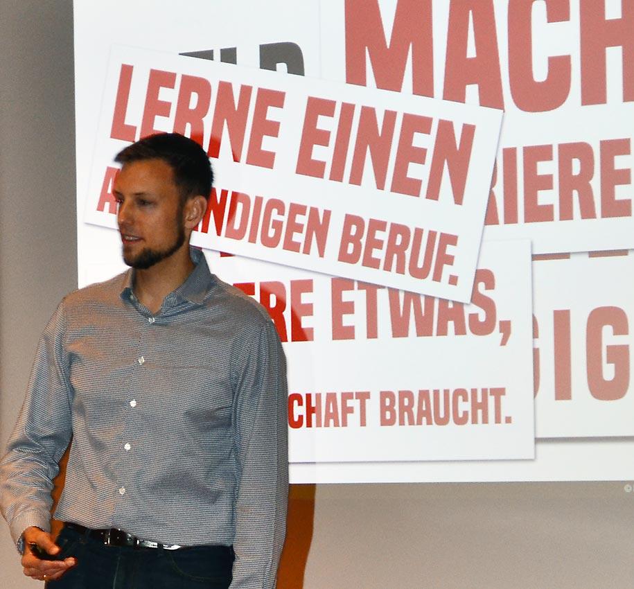 André Schulz vor Schülern der Jahrgangsstufen 12 und 13