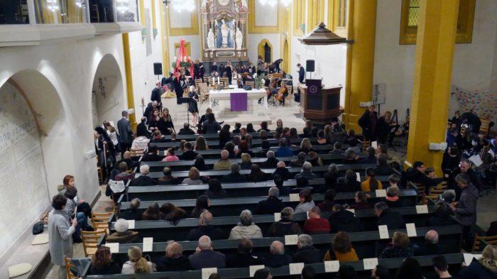 Zu Konzertbeginn bis auf den letzten Platz besetzt - Stadtkirche Fritzlar | Bild: Andreas Bubrowski/CJD Oberurff