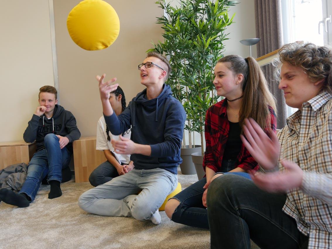 Meditationskissen im Flexibilitätstest | Bild: Andreas Bubrowski/CJD Oberurff