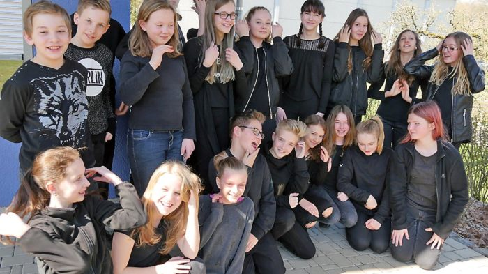 Flashmob der 7b (2016-17): Ganz in schwarz. | Bild: Andreas Bubrowski/CJD Oberurff