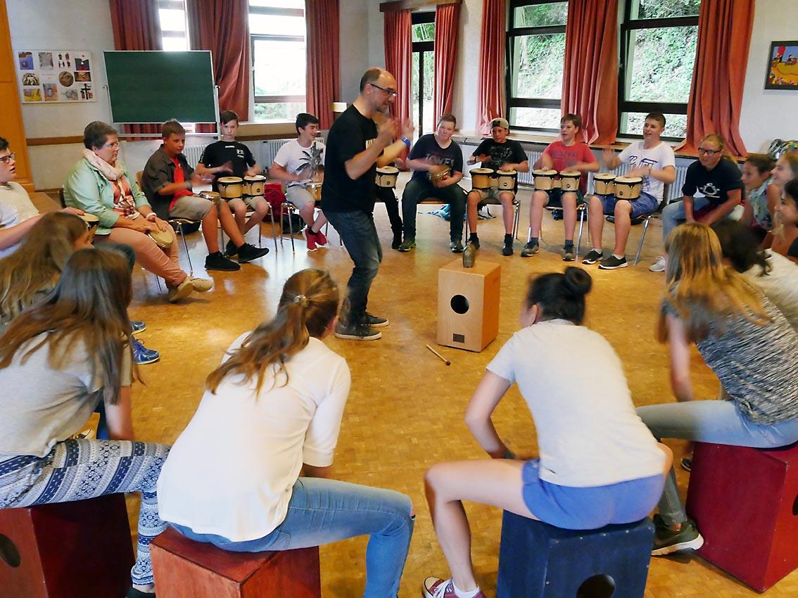 Projekte des FB Musik: Christoph Heimbucher heizt Schüler mit Trommeln ein | Bild: Andreas Bubrowski/CJD Oberurff