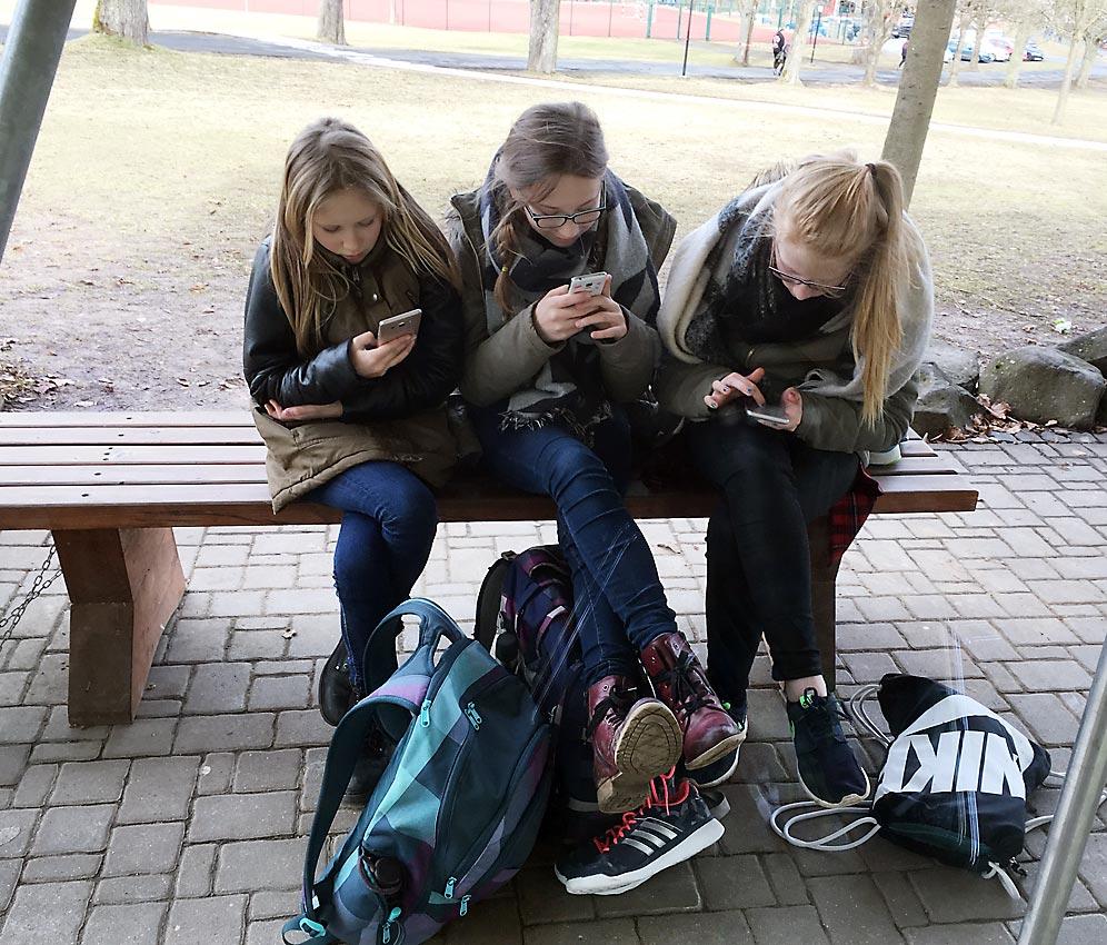 12-jährige Schülerinnen nach der Schule im Web unterwegs | Foto: Andreas Bubrowski/CJD Oberurff