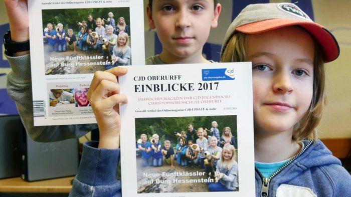 Frisch gedruckte EINBLICKE 2017 | Foto: A. Bubrowski/CJD Oberurff