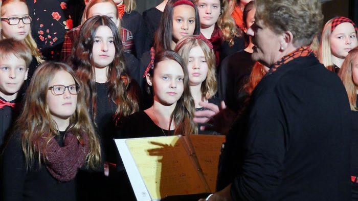 Sabine Schmidt, Leiterin der Musikschule Oberurff, mit den jungen Künstlern des Chores | Foto: A. Bubrowski/CJD Oberurff