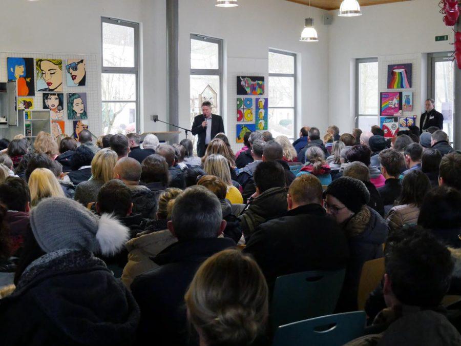 Schulleiter Günter Koch begrüßt die Besucher des Tags der offenen Schule   Foto: A. Bubrowski/CJD Oberurff