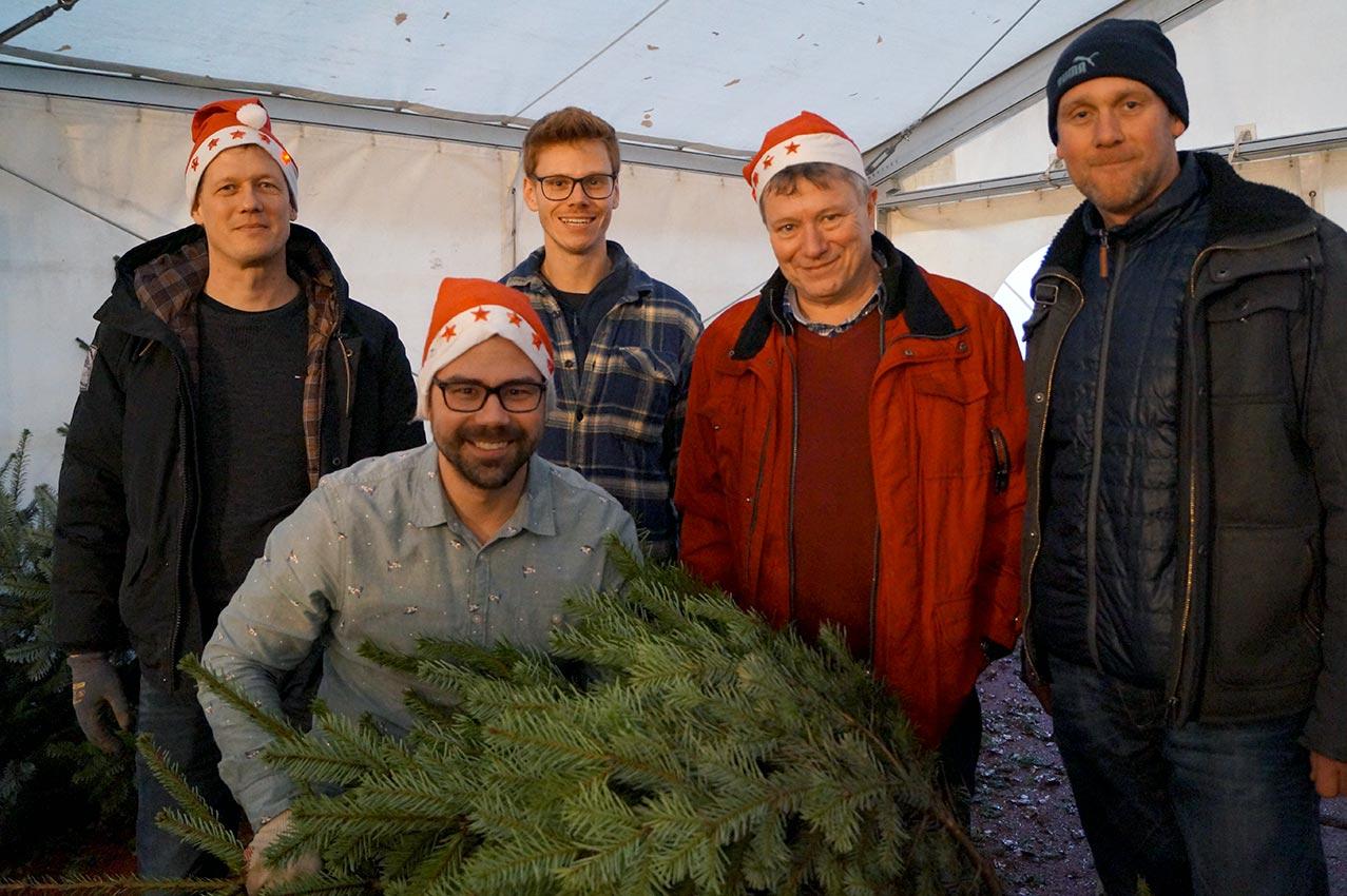 Binnen zwei Stunden gut 200 Weihnachtsbäume verkauft | Foto: LM Meckbach/CJD Oberurff