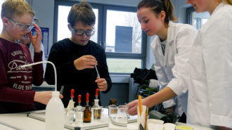 Fachbereich Chemie lädt zum Experimentieren ein | Foto: BUB/CJD Oberurff