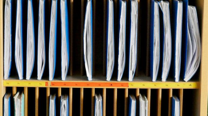 Die Klassenbücher scheinen unruhig in ihren Fächern mit den Buchrücken zu scharren. Wann endlich werden wir wieder geholt?