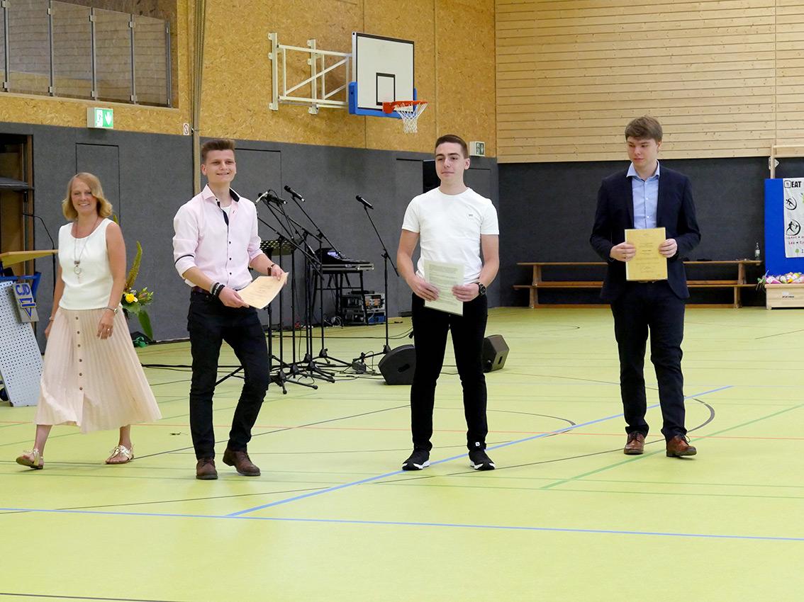 Schreiten zur Ehrung herausragender Chemiker unter den Abiturienten. Foto: A. Bubrowski/CJD Oberurff