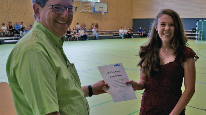 Realschulchef Dirk Müller-Maguhn gratuliert Evelina Willman | Foto: A. Bubrowski/CJD Oberurff