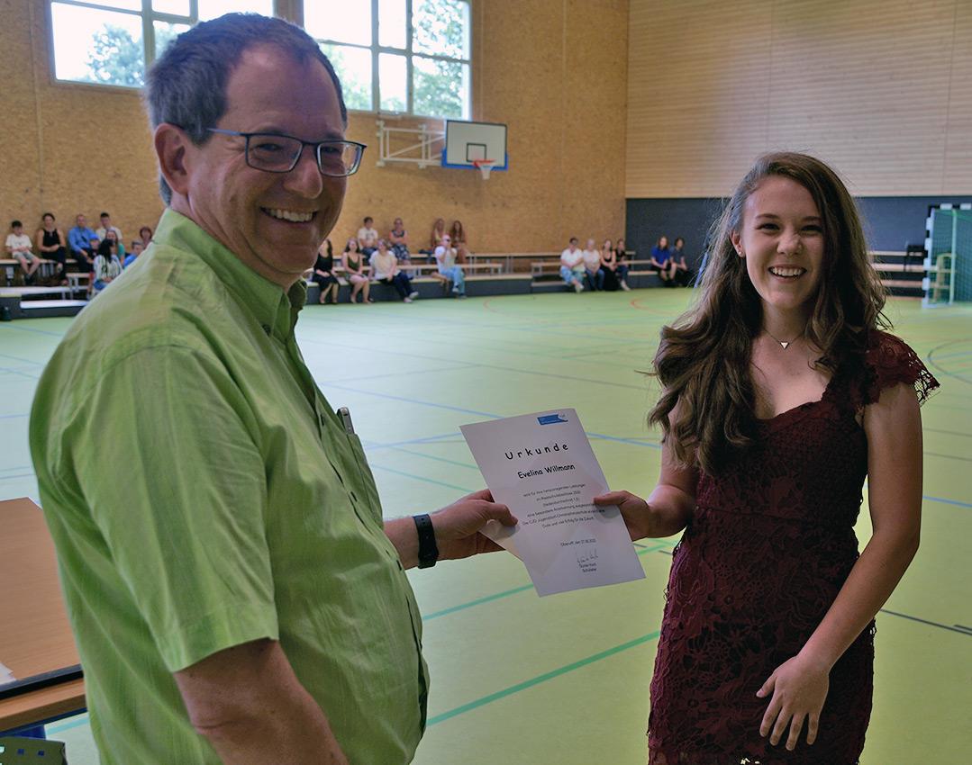 Realschulchef Dirk Müller-Maguhn gratuliert Evelina Willman   Foto: A. Bubrowski/CJD Oberurff