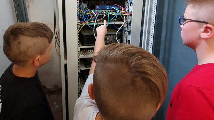Mitarbeiter der WEBLOG AG inspizieren den Netzwerkschrank des schuleigenen Intrantes. Foto: D. Ruhwedel/CJD Oberurff